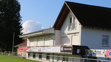 Die Duschen und Toiletten im Bereich unter dem Balkon des SIelenbacher Sportheims werden baldmöglichst erneuert. Der bisherige Ballraum links angrenzend wird in die Umkleidekabine der Heimmannschaft integriert.