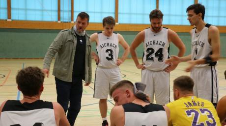 Der Aichacher Trainer Marius Stancu (mit Jacke) hofft, dass die Niederlage im zweiten Saisonspiel bald wieder wettgemacht werden kann.