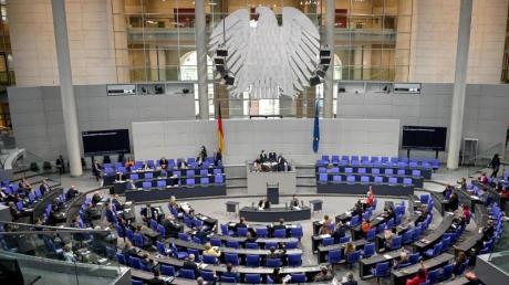 Immer mehr Parteien wollen das Parlament stärker an Corona-Entscheidungen beteiligen.