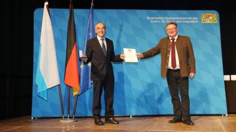 Hans Reichhart bekam von Innen- und Kommunalstaatssekretär Gerhard Eck die Kommunale Verdienstmedaille in Silber verliehen.