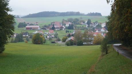 Die Vollversorgung der Mittelneufnacher mit Wasser des Zweckverbandes Reichertshofen  die Gebäude im Vordergrund steht kurz vor dem Abschluss.