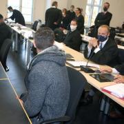 Der Prozess um den tödlichen Schlag am Königsplatz in Augsburg hat begonnen. Der 17-jährige Hauptverdächtige ließ zu Beginn eine Erklärung durch seinen Anwalt Marco Müller (rechts) verlesen.