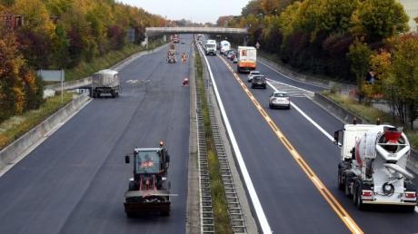 Ungefähr sechs Wochen lang wurden sechs Kilometer Fahrbahn auf der B17 erneuert.