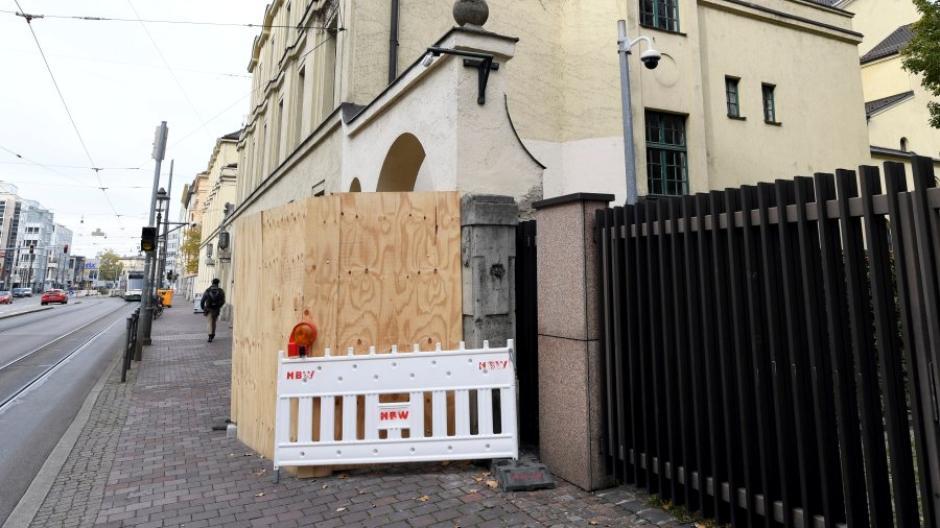 An der Augsburger Synagoge finden derzeit Baumaßnahmen im Eingangsbereich statt. Die Gemeinde verschärft ihre Sicherheitsvorkehrungen.