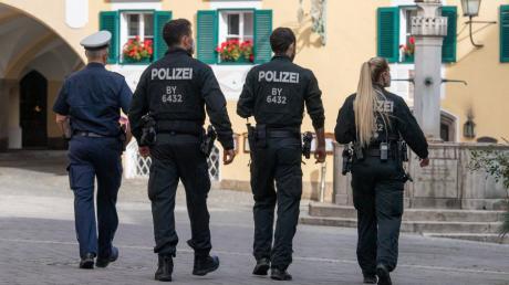 Polizeibeamte streifen am Dienstag durch die Berchtesgadener Innenstadt, um die Einhaltung der drastisch verschärften Corona-Regeln zu kontrollieren.