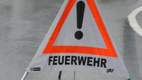 An einer Kreuzung bei Kirchhaslach sind am Mittwoch zwei Autos zusammengestoßen. Polizei, Rettungsdienst und Feuerwehr waren im Einsatz.