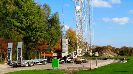 In Wehringen wird auf dem Gelände des FSV schon fleißig gebaut. Anfang November soll die Freilufthalle stehen.