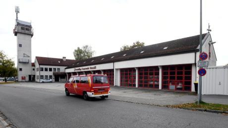Rund 40 Jahre alt ist das Feuerwehrhaus Neusäß in der Stadtmitte. Die Stadt hält an dem Plan eines Neubaus fest.