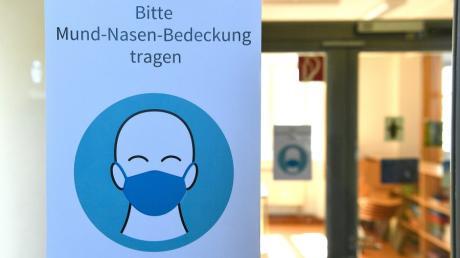 Die Zahl der mit dem Coronavirus infizierten Menschen im Landkreis Günzburg schnellte  in die Höhe. Welche Bestimmungen jetzt gelten und was dies für die Schüler bedeutet.