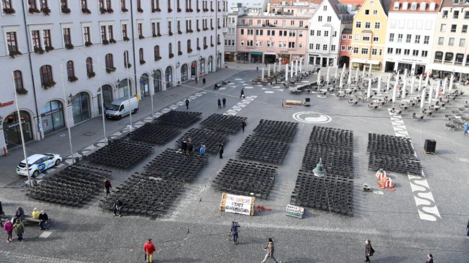 Mit 1553 leeren Stühlen auf dem Rathausplatz demonstrierte die Grüne Jugend am Mittwoch für die Aufnahme weiterer Flüchtlinge aus dem zerstörten griechischen Lager Moria.