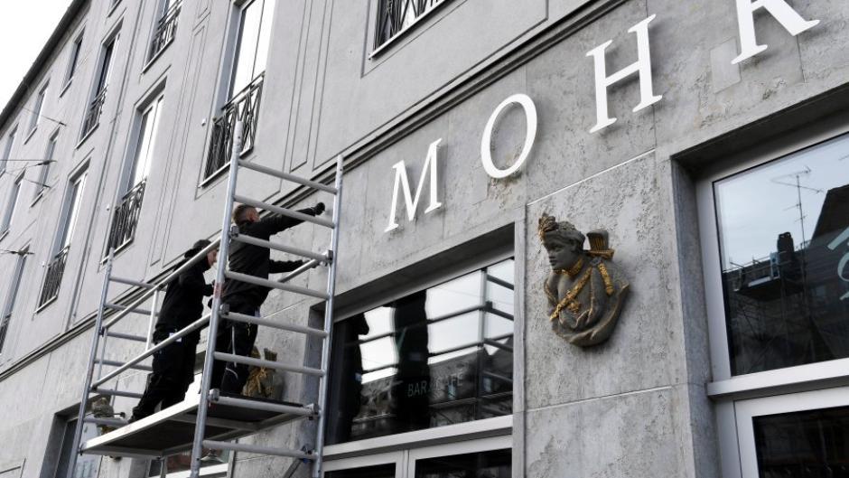 """Am Donnerstag wurde der Hotelname am nun bald ehemaligen """"Hotel Drei Mohren"""" abgeschraubt."""