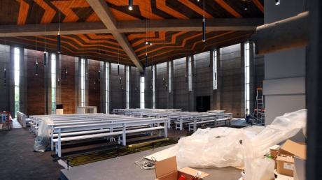 Bis zum Sonntag ist alles fertig: Der Innenraum der Stadtpfarrkirche Zum Auferstandenen Herrn in  Leitershofen ist renoviert worden.