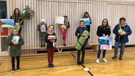 Die Gewinner aus den Klassen vier bis sechs des Malwettbewerbs der Gemeinde Ellgau freuen sich über ihre Preise.