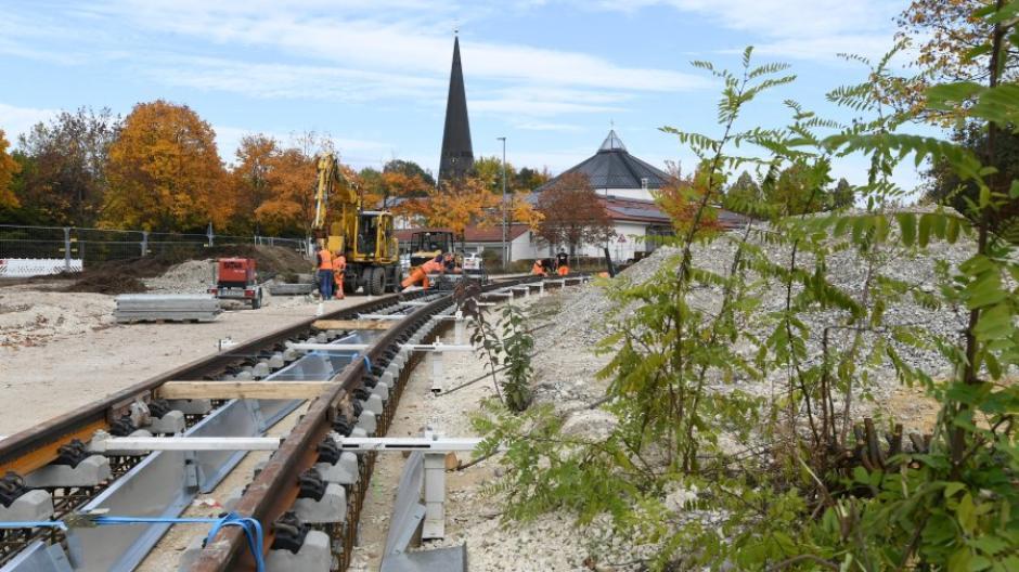 In Königsbrunn laufen die Gleisarbeiten. Im September 2021 soll die Strecke komplett fertig sein.