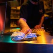 In Augsburg gilt aufgrund der Corona-sStuation eine verschärfte Sperrstunde. Für die Besitzer von Bars und Kneipen wird das zum Problem.