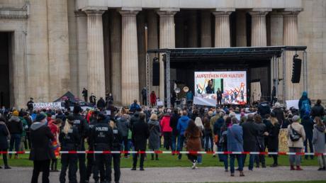 Hunderte Personen haben sich am Samstag am Königsplatz zu einer Demonstration versammelt.