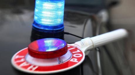 Ein Lastwagen ist in Dinkelscherben gegen ein Verkehrsschild geprallt.