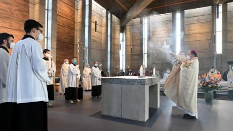 Ein Pontifikalgottesdienst mit Bischof Bertram Meier wurde anlässlich der Sanierung und des Jubiläums 50 Jahre Pfarrkirche Zum Auferstandenen Herrn in Leitershofen gefeiert.