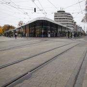 Bei dem Nahverkehr-Streik in Augsburg fallen fast alle Busse und Trams aus, der Königsplatz ist weitgehend leer.