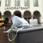 Schauplatz eines massiven Protestes gegen die Maskenregelung an Schulen war das Landratsamt in Augsburg.