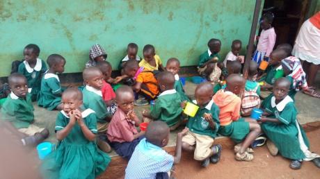 Uganda hat nicht nur unter Corona, sondern auch unter den Folgen des Lockdowns zu leiden. Viele Menschen leiden Hunger. Dieses Bild zeigt Kindergartenkinder beim Essen.