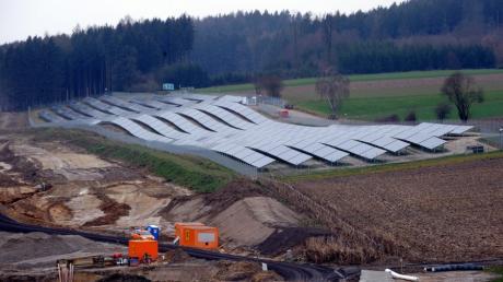 Auch in der Nachbarschaft - hier an der A8 bei Edenbergen werden freie Flächen für Solarparks missbraucht.