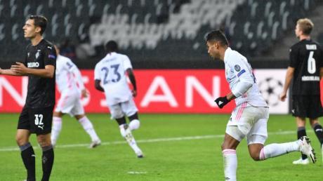 Ein Tor von Casemiro (r) vermasselte Gladbach kurz vor Schluss den Sieg gegen Real Madrid.