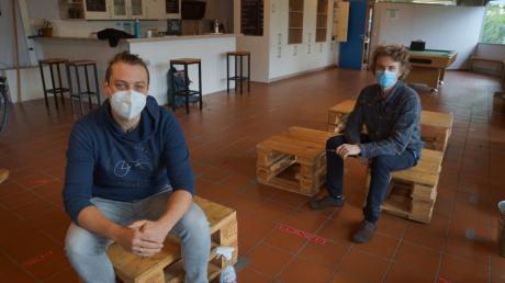 Streetworker Tim Hofmann (links) und der stellvertretende Leiter des Jugendzentrums, Alexander Beyer, beim Gespräch mit unserer Redaktion.