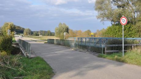 Die Brücke über die Günz zum Oberrieder Weiher muss saniert oder erneuert werden. Ein noch zu erstellender Kostenvergleich wird das entscheiden. Der daneben liegende Rad- und Fußgängerübergang ist davon nicht betroffen.
