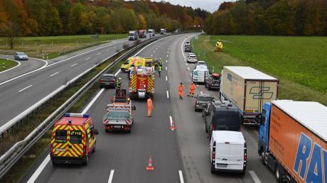 Bei einem Unfall auf der A8 nahe dem Kreuz Ulm/Elchingen wird ein Fußgänger von einem Auto erfasst.