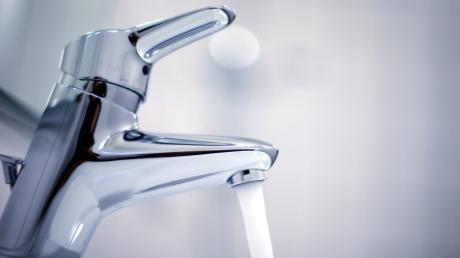 Weil das Wasser abgestellt ist, ärgert sich ein Hausbesitzer in Hochzoll.