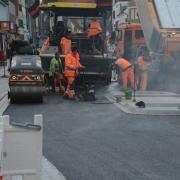Mit den Asphaltarbeiten werden drei Bauabschnitte in der Fuggerstraße in Schwabmünchen abgeschlossen.