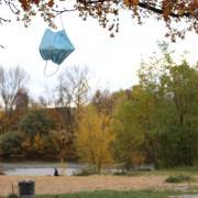 Am Freitagabend werden in Augsburg strengere Corona-Maßnahmen wirksam. Auch an Orten wie dem Flößerpark in Lechhausen gilt dann die Maskenpflicht.