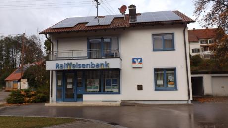 Viele Jahre war in diesem Gebäude die Zweigstelle der Raiffeisenbank Stauden in Walkertshofen untergebracht. Sie schließt nun zum Jahresende.  Foto: Karin Marz