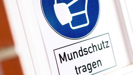 «Mundschutz tragen»  ist nach den derzeit geltenden Regeln nach dem Infektionsschutzgesetz bei vielen menschlichen Begegnungen angesagt. Außerdem dürfen sich nur Personen aus zwei Haushalten treffen. Im Landkreis Günzburg wurde am Wochenende dagegen mehrfach verstoßen, was die Polizei anrücken ließ.