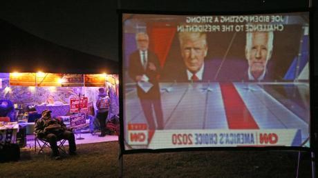 Verkehrte Welt: Auf einer Leinwand verfolgt dieser Mann die Wahlberichterstattung auf CNN. Die Ergebnisse dürften ihn überrascht haben.