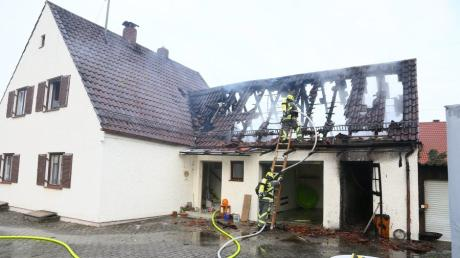 Ein Brand hat ein Einfamilienhaus in Kühbach unbewohnbar gemacht. Feuerwehr, Polizei und Rettungsdienst waren mit einem Großaufgebot vor Ort. Jetzt steht die Brandursache fest.