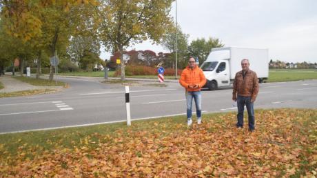 Werner Hertle (rechts) setzt sich seit Jahren für eine Unterführung an der Lechstraße auf Höhe der Einmündung der Blumenallee ein. Jürgen Göttle, Verkehrsreferent des Stadtrates, unterstützt die Idee.