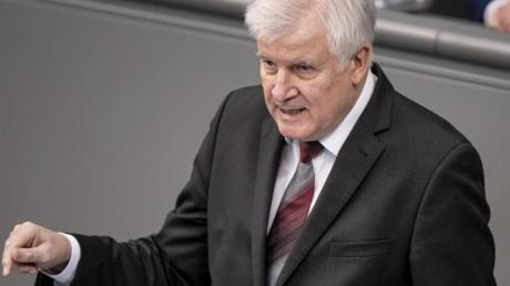 Horst Seehofer (CSU), Bundesminister des Innern, für Bau und Heimat, hält im Bundestags seine Rede. Thema der Aktuellen Stunde ist die Bekämpfung des islamistischen Terrors.