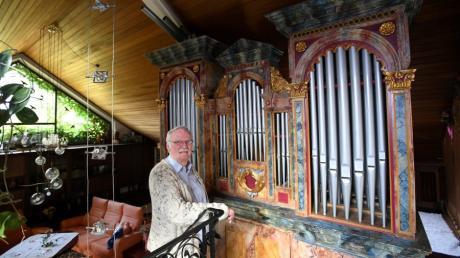 Günter Fischer aus Agawang hat eine Kirchenorgel in sein Wohnzimmer eingebaut /
