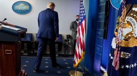 05.11.2020, USA, Washington: US-Präsident Donald Trump verlässt das Podium nach seiner Rede im WeiÃen Haus am Donnerstag, dem 5. November 2020. - RECROP - Foto: Evan Vucci/AP/dpa +++ dpa-Bildfunk +++