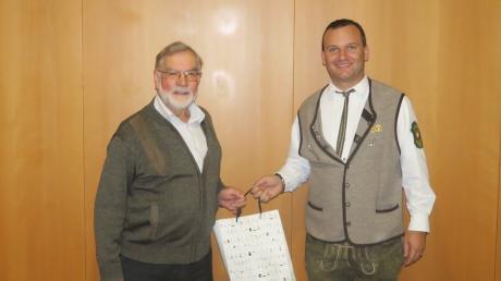 Siegfried Karner links, der zuvor 40 Jahre als Kassenprüfer im Einsatz war und zahlreiche Bauprojekte unterstützte, erhielt für sein Ehrenamt eine Ehrung durch den Vorsitzenden Frank Kuchenbaur.