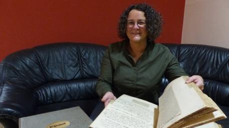 Daniela Almer, die Leiterin des Arbeitskreises Ortschronik, hat in der alten Westendorfer Chronik wahre Schätze gefunden, die nun in der neuen Ortschronik aufgehen werden. Diese soll 2021 - pünktlich zum 950-jährigen Ortsjubiläum - fertig sein.