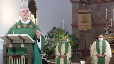 Pater Hans-Joachim Winkens freut sich auf seinen neue Aufgabe als Wallfahrtsdirektor in der Friedberger Kirche Herrgottsruh. Rechts im Hintergrund Dekan Stefan Gast als Hauptzelebrant