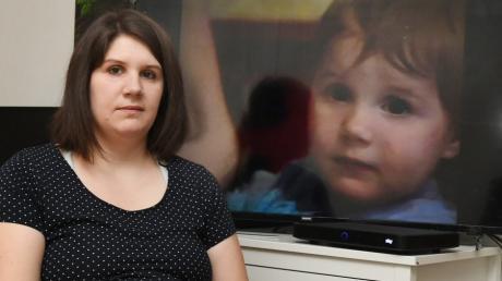 Katharina Vernau aus Offingen im Landkreis Günzburg. Im Hintergrund ist sie als zweijähriges Mädchen zu sehen.
