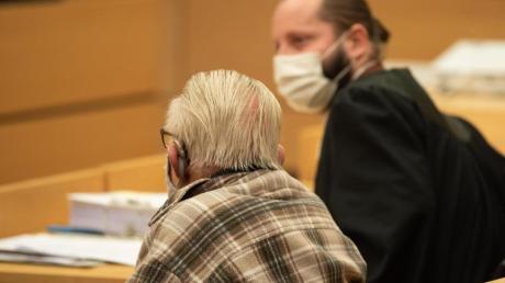 Der Angeklagte sitzt neben seinem Anwalt im Würzburger Landgericht.
