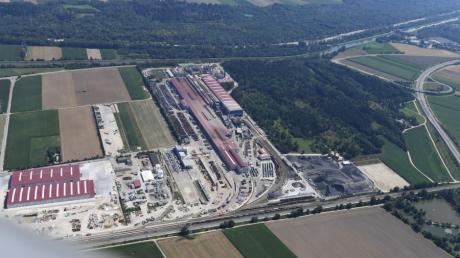Die Lech-Stahlwerke wollen ihre Kapazitäten erweitern. Ein Anwalt des Unternehmens sieht dies durch ein von Langweid geplantes Gewerbegebiet gefährdet.