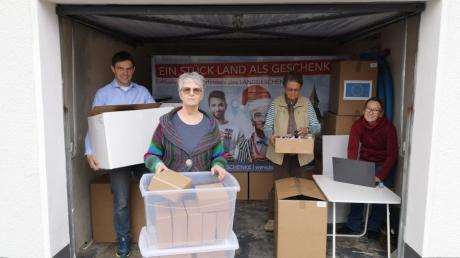 Echte Garagen-Firma: Von hier aus werden die Pakete abgeholt und zu den fröhlichen Landgeschenk-Besitzern geschickt: (von links) Josef Glaß, Doris Starzetz, Waltraud Glaß und Diana Glaß.