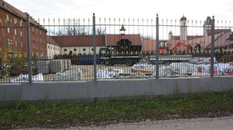 Ein Restaurant soll auf dem Wirtschaftshof des Schlosses Hofhegnenberg gebaut werden. Dieses soll den abgerissenen Brauereistadel ersetzen.