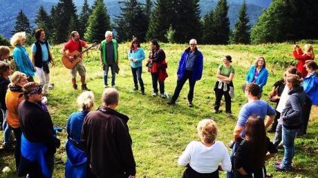 Jodellehrer Alfons Hasenknopf (mit Gitarre) begrüßt in seinen Kursen Menschen aus Deutschland, Österreich und der Schweiz.